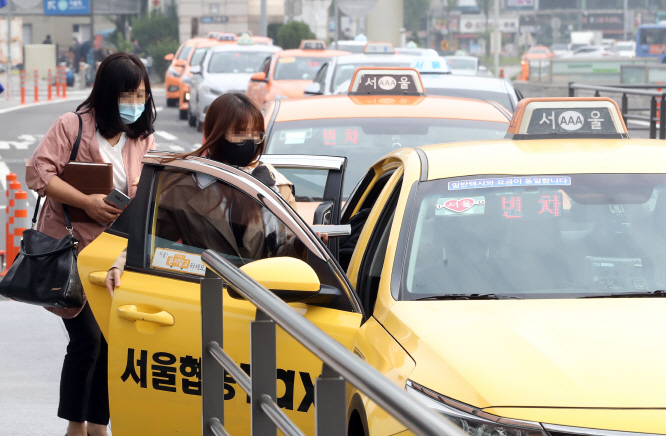 No Mask, No Ride in Seoul Taxis as Virus Spreads