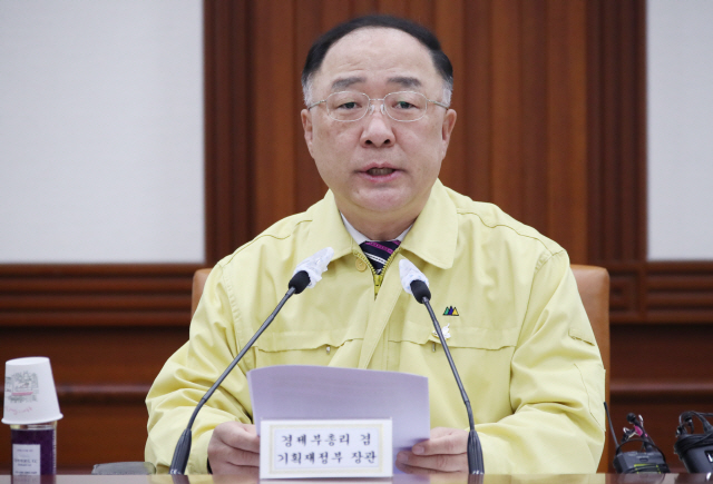 Finance Minister Hong Nam-ki speaks at a meeting with economy-related ministers on May 28, 2020. (Yonhap)