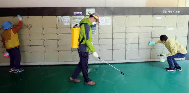 Health officials disinfect delivery lockers at an apartment in Gwangju on May 28, 2020. (Yonhap)