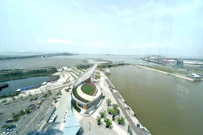 POSCO to Install Solar-panel Guardrail at Gyeongin Ara Waterway to Prevent Suicide Jumps