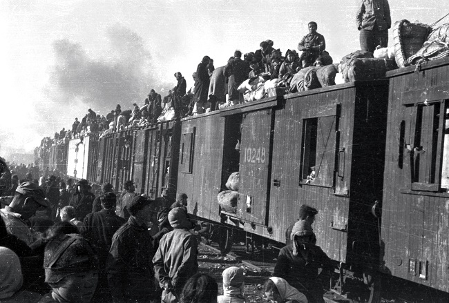 A crowd of refugees are on trains in a photo taken by the ICRC/REYNIER, Jacques de in Daegu on Dec. 29, 1950. (Yonhap)