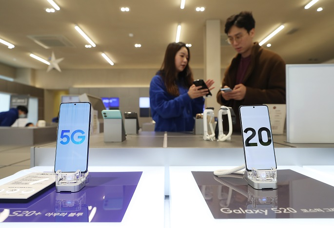 Samsung Electronics Co.'s Galaxy S20 5G smartphones are displayed at a SK Telecom store in central Seoul on February 20, 2020. (Yonhap)