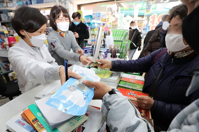 This photo shows citizens buying masks at a pharmacy in the central Jongno district of Seoul on March 6, 2020. (Yonhap)