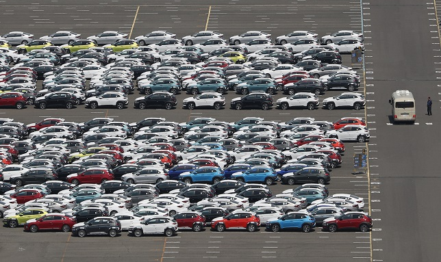 This photo taken on May 29, 2020, shows vehicles awaiting shipment at the port of Hyundai Motor's main Ulsan plant, 414 kilometers southeast of Seoul. (Yonhap)