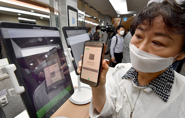 QR Registration Test Draws Mixed Reaction from Businesses, Visitors