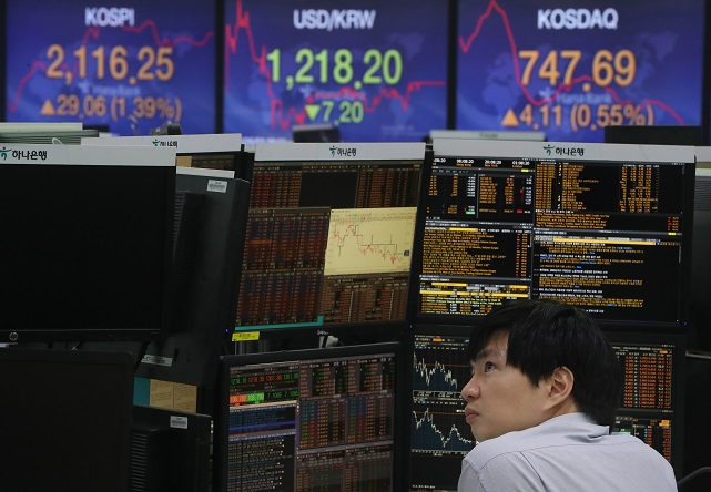 A currency dealer works in front of an electronic board in the trading room of Hana Bank in Seoul on June 3, 2020 (Yonhap)