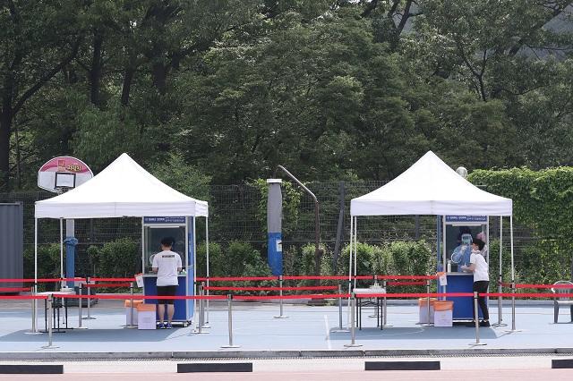 This photo taken June 3, 2020, shows walk-thru virus testing facilities at a high school in Seoul. (Yonhap)