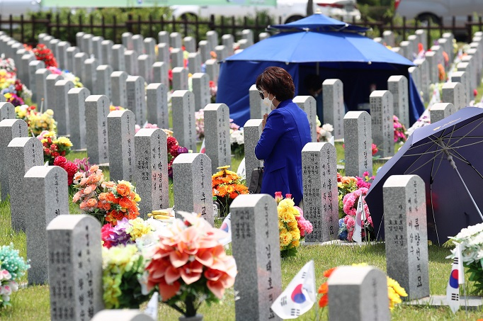 A visitor pays tribute to patriots and veterans at Daejeon National Cemetery in Daejeon, 160 kilometers south of Seoul, on June 6, 2020. (Yonhap)