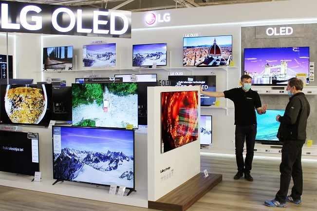 This photo provided by LG Electronics Inc. on June 15, 2020, shows the company's OLED TV products at a store overseas. (PHOTO NOT FOR SALE) (Yonhap)