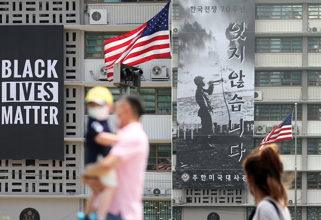 This composite image shows a Black Lives Matter banner hanging from the wall of the U.S. Embassy in Seoul (left picture) on June 14, 2020, while the picture on the right shows a banner commemorating the 70th anniversary of the outbreak of the 1950-53 Korean War hanging from the wall on June 16, 2020, after the anti-racism banner was taken down. (Yonhap)