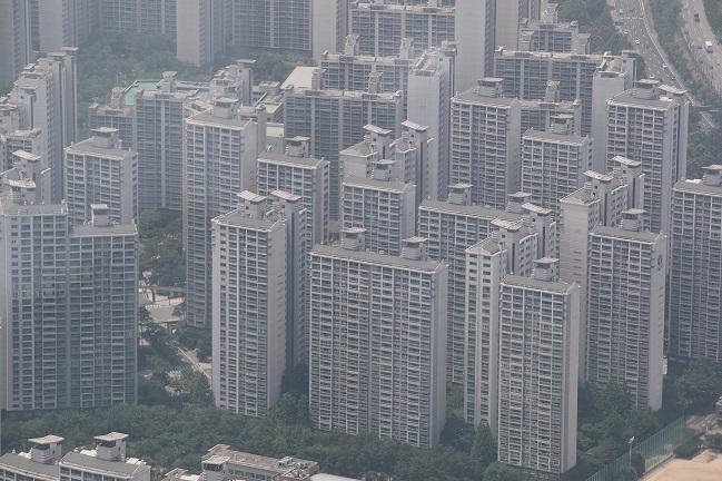This photo, taken June 16, 2020, shows apartment buildings in Seoul. (Yonhap)