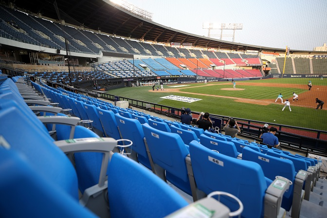 KBO's Hope to Bring Back Fans Hits Snag with Spike in Virus Cases