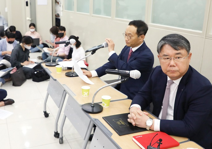 In this photo taken on June 29, 2020, Eastar Jet CEO Choi Jong-gu (R) listens to questions from a reporter about the company's founding family's stake donation plan to help Jeju Air's takeover of Easter during a press conference held at its headquarters in Seoul. (Yonhap)
