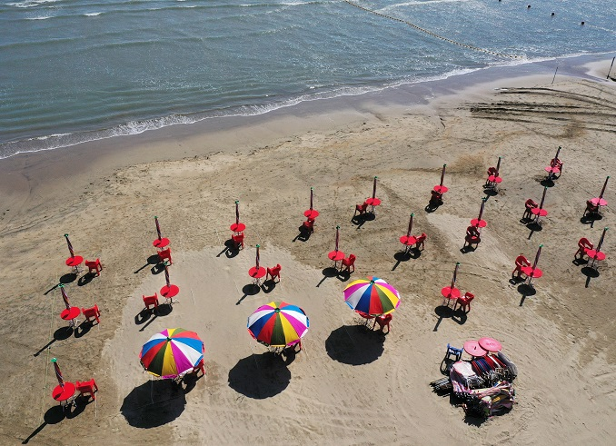 This photo, taken on June 30, 2020, shows parasols set up at a distance from one another at a beach in South Korea's southeastern port city of Busan in the run-up to its opening to the public. (Yonhap)
