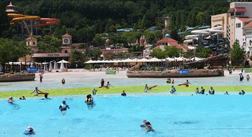 Caribbean Bay, the largest indoor and outdoor waterpark in the world, has decided to limit the number of visitors in compliance with the government's quarantine guidelines.