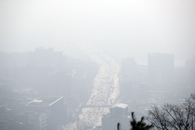 This photo taken Jan. 19, 2020, shows central Seoul blanketed in a gray haze caused by fine dust. (Yonhap)