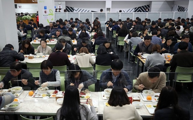 Acryl boards are set up on the table between diners at a cafeteria in Seoul City Hall in Seoul on March 23, 2020, to prevent any possible COVID-19 infections between them. (Yonhap)