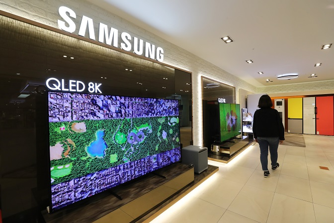 This file photo taken April 29, 2020, shows Samsung Electronics Co.'s QLED 8K TVs displayed at a store in Seoul. (Yonhap)