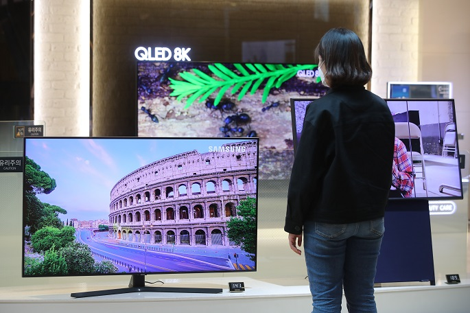 A consumer look at Samsung TVs at a store in Seoul on April 29, 2020. (Yonhap)