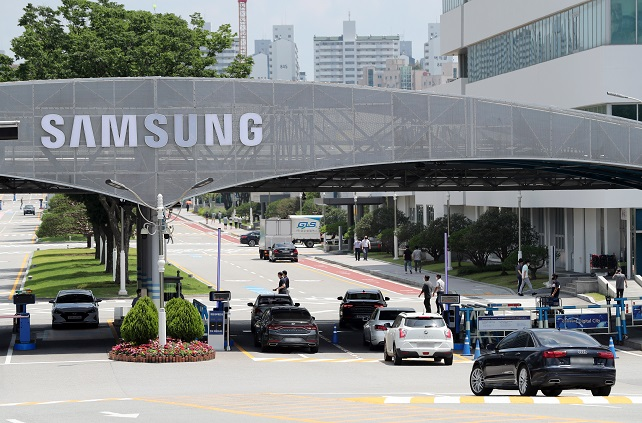 This file photo, taken on June 11, 2020, shows an entrance to Samsung Electronics Co.'s plant in Suwon, south of Seoul. (Yonhap)
