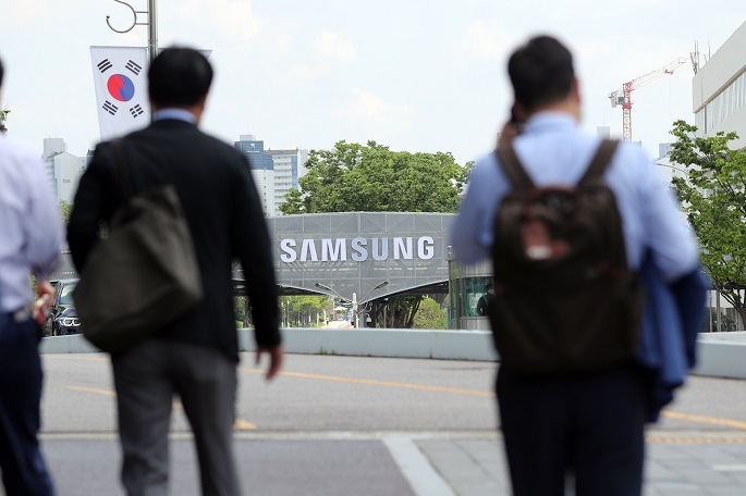 This file photo taken June 11, 2020, shows workers of Samsung Electronics Co. entering the company's campus in Suwon, south of Seoul. (Yonhap)