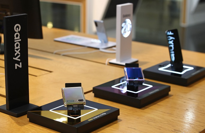 his photo taken July 7, 2020, shows Samsung Electronics Co.'s foldable smartphones displayed at a store in Seoul. (Yonhap)