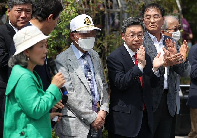 A former prisoner of war surnamed Han (C) and his legal representatives pose for photos on July 7, 2020, after winning a damage suit in Seoul against North Korea and its leader Kim Jong-un for being forced into labor in the North. (Yonhap)