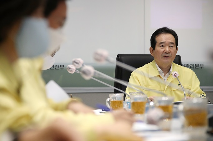 Prime Minster Chung Sye-kyun presides over a regular government virus response meeting on July 8, 2020. (Yonhap)
