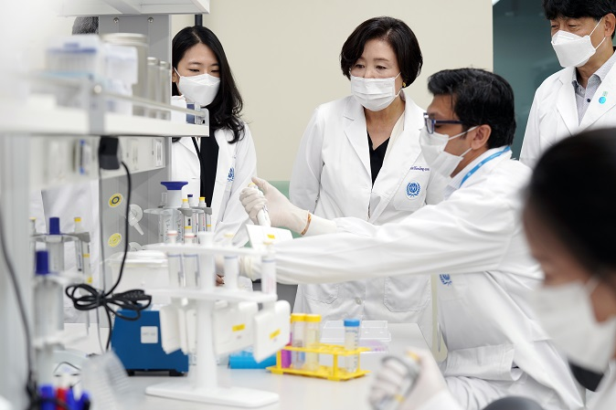 First lady Kim Jung-sook (2nd from L) listens to explanations from a researcher during a visit to the International Vaccine Institute in Seoul on July 8, 2020. (Yonhap)