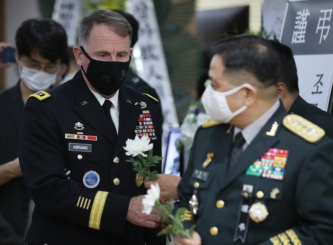 United States Forces Korea Commander Gen. Robert Abrams visits the mortuary of the country's most renowned Korean War hero, Paik Sun-yup, to pay tribute at Asan Medical Center in Seoul on July 13, 2020. (Yonhap)
