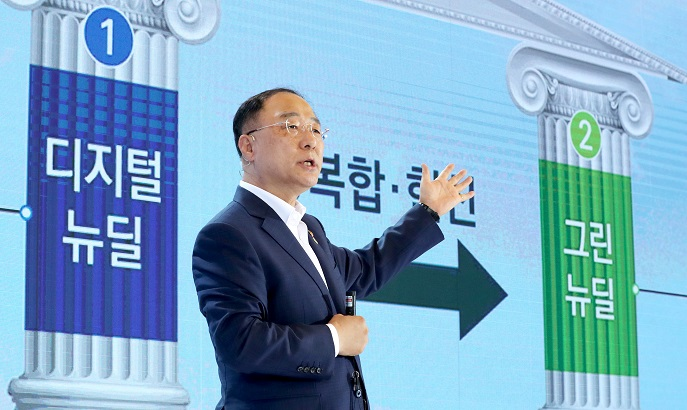 """Finance Minister Hong Nam-ki unveils details of the """"Korean New Deal,"""" projects on July 14, 2020. (Yonhap)"""