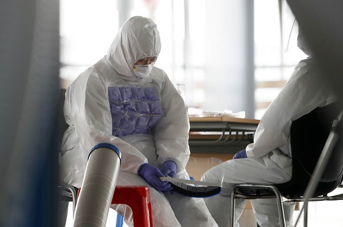 Medical workers rest at a makeshift virus test center in Gwangju, 330 kilometers southeast of Seoul, on July 19, 2020. (Yonhap)