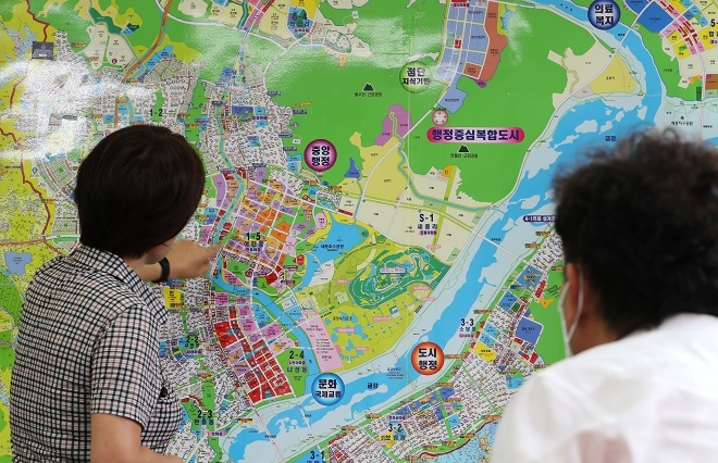 A citizen consults a real estate broker in Sejong on July 22, 2020, following the renewal of the capital relocation plan. (Yonhap)