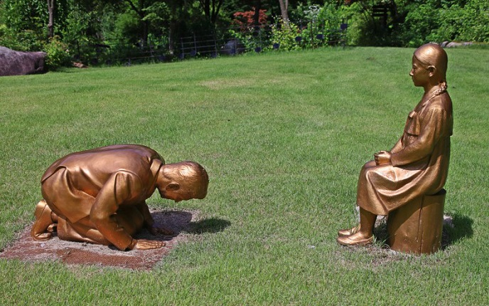 This photo, provided by a citizen on July 28, 2020, shows the controversial set of statues of a man bowing down on his knees before a wartime sexual slavery victim, at a botanical garden in South Korea's eastern county of Pyeongchang. (Yonhap)