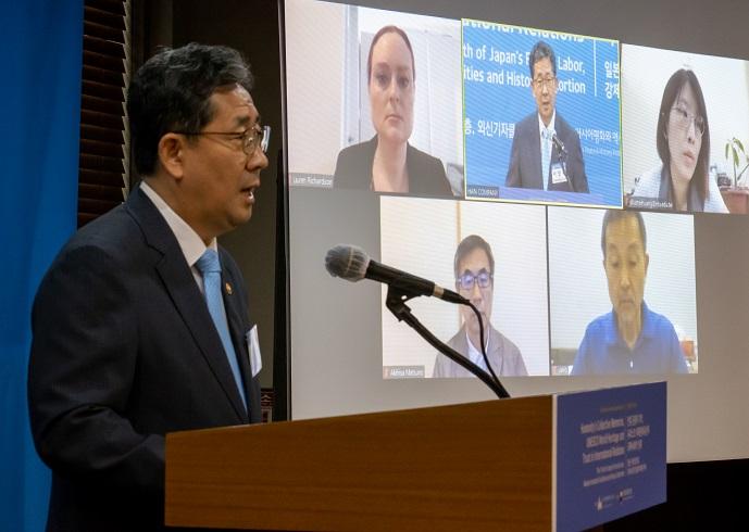 Park Yang-woo, South Korean culture minister, speaks at an international forum in Seoul on July 29, 2020. (Yonhap)