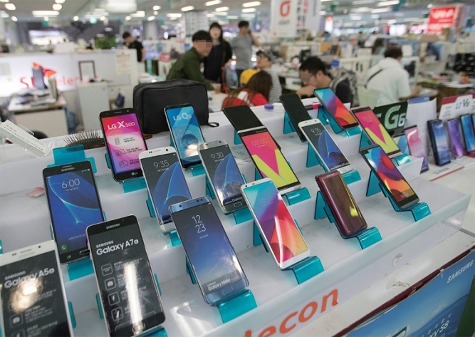 Shown in this file photo taken on Oct. 9, 2017 are electronics shops in Seoul selling handsets. (Yonhap)