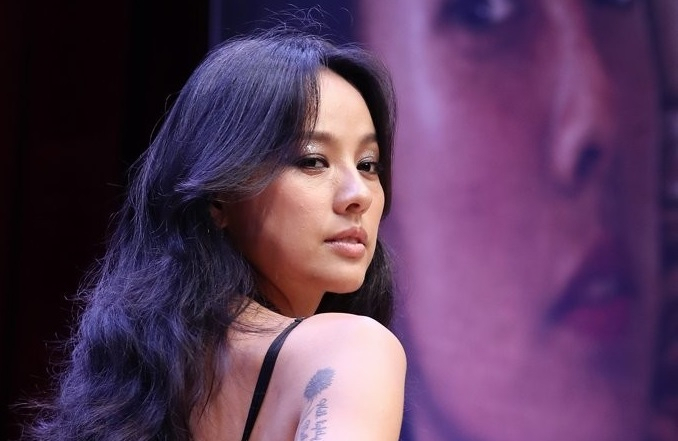 """K-pop diva Lee Hyo-ri poses during a news conference to mark the release of her sixth solo album, titled """"Black,"""" in Seoul on July 4, 2017. (Yonhap)"""