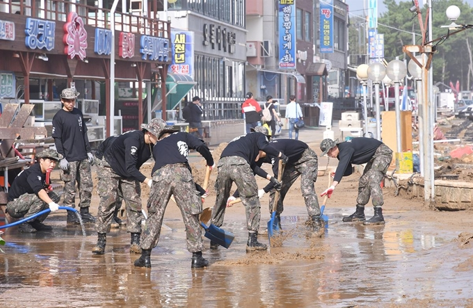Soldiers repair damage caused by Typhoon Mitag in Chogok, a village in Samcheok, Gangwon Province. (Yonhap)