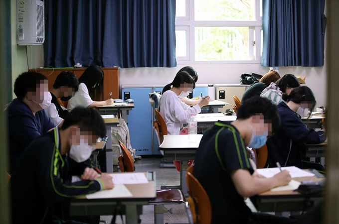 Seniors wearing face masks attend class amid the coronavirus pandemic, at a high school in Seoul on June. 18, 2020. (Yonhap)