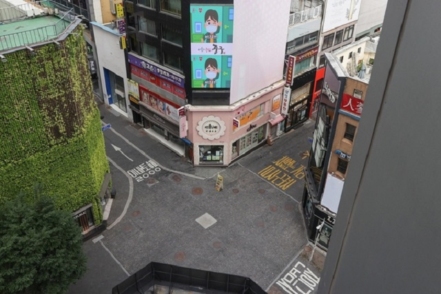 Myeongdong, a famous shopping district in central Seoul, remains empty on Aug. 20, 2020, amid the rapid spread of the new coronavirus. (Yonhap)
