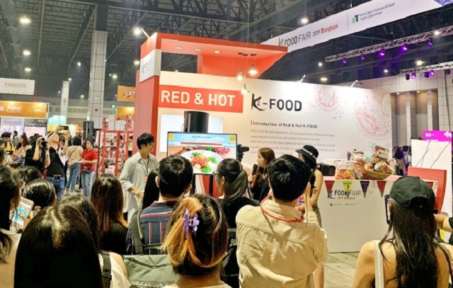 A Korean food exhibition hosted by the Korea Agro-Fisheries & Food Trade Corporation in Thailand draws a large number of visitors. (image: aT)