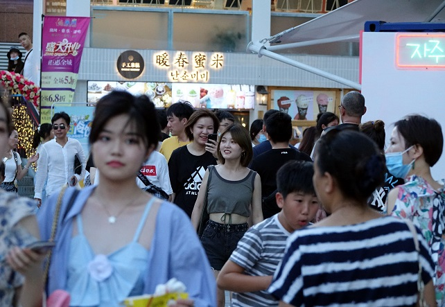 People walk in Shanghai's Koreatown on Aug. 15, 2020. (Yonhap)