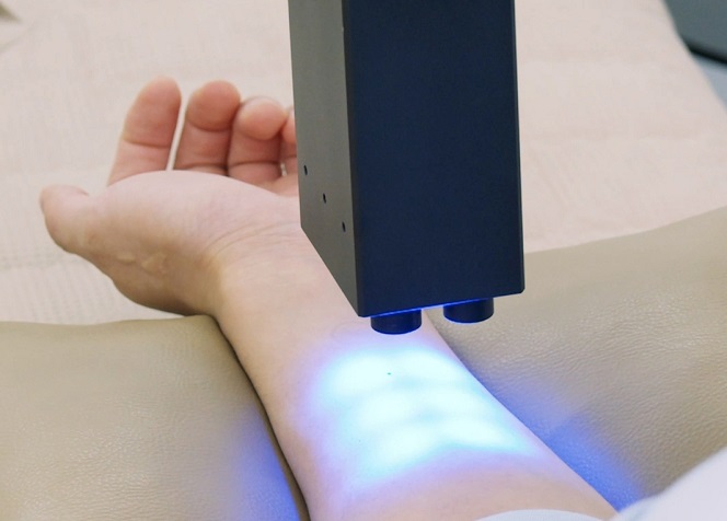The newly-developed device can identify the blue light wavelength by using artificial light. (image: AmorePacific)