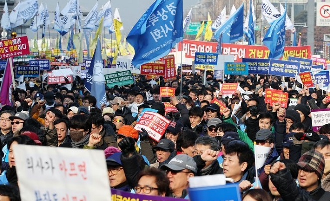 Medical doctors state a rally in front of the city hall in downtown Seoul on Dec. 10, 2017, to express their opposition to the Moon Jae-in administration's plans to expand medical coverage by the state-run health care program, which will reduce the financial burdens of patients. They fear small hospitals will soon collapse due to the greater coverage, leading to low payments by the new health insurance system. (Yonhap)