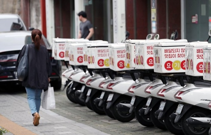 Motorbikes for food delivery are parked outside an outlet of food delivery app Yogiyo in Seoul on June 2, 2020. (Yonhap)