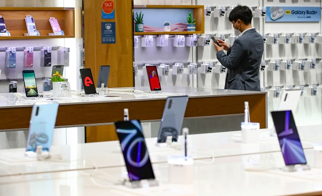This photo taken on July 7, 2020, shows Samsung Electronics Co.'s smartphones displayed at a store in Seoul. (Yonhap)