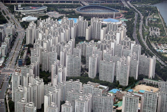The file photo shows an aerial view of a large apartment complex in Seoul's southeastern Songpa district. (Yonhap)