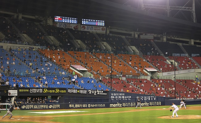 In this file photo from July 31, 2020, fans take in a Korea Baseball Organization regular season game between the home team LG Twins and the Hanwha Eagles at Jamsil Baseball Stadium in Seoul. (Yonhap)