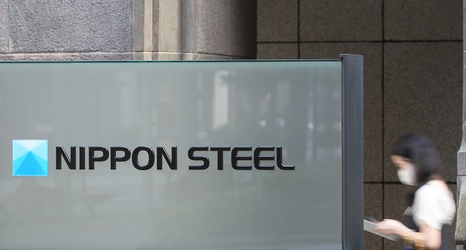 A pedestrian walks past the headquarters of Nippon Steel Corp. in Tokyo on Aug. 3, 2020. (Yonhap)