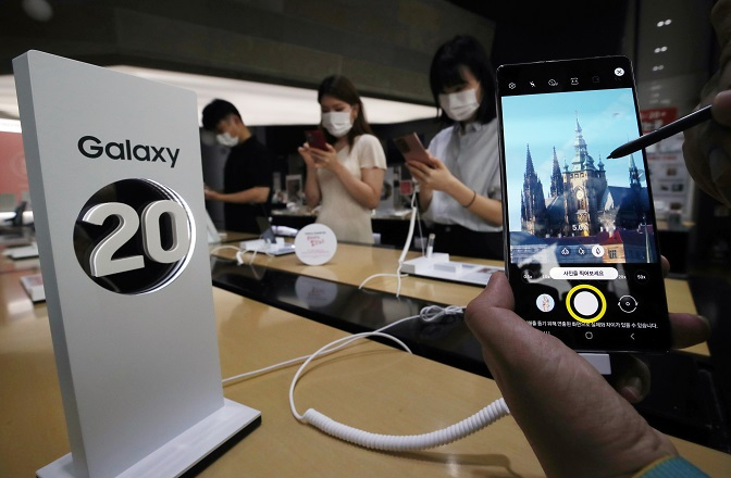 This photo taken on Aug. 6, 2020, shows Samsung Electronics Co.'s Galaxy Note 20 phablet displayed at a store in Seoul. (Yonhap)